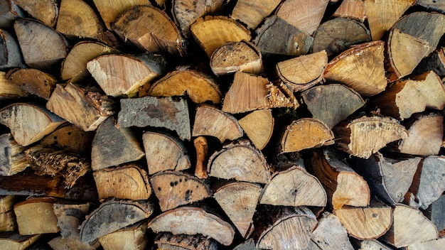 Close-upschot van gehakt en gestapeld brandhout.