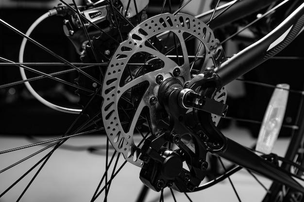 Close-upschot van genoemde mechanische remschijf op fiets in zwart-wit