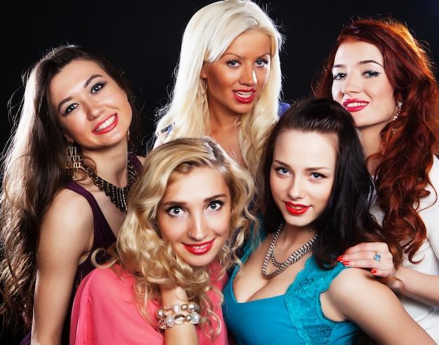 Close-upschot van groep lachende meisjes die partij hebben