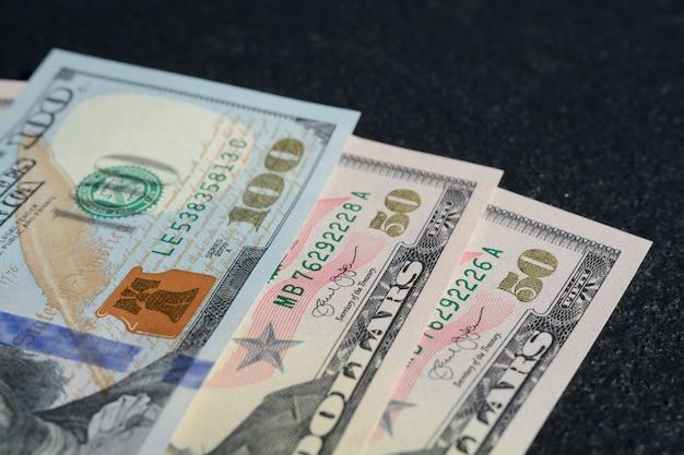 Close-upschot van honderd twee vijftien dollars van verenigde staten