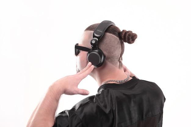 Close upside bekijken van de rapper-man in de koptelefoon