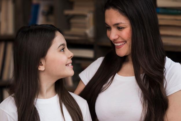 Close-upsmiley volwassen vrouw en jong meisje