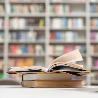 Close-upstapel boeken bij bibliotheek