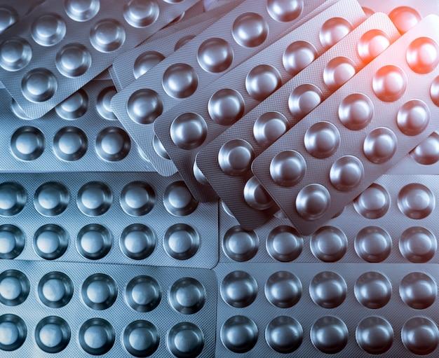 Close-upstapel van tablettenpillen in zilveren blaarpak. farmaceutische industrie concept. farmaceutisch verpakkingsconcept. apotheek drogisterij.