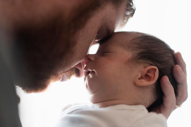 Close-upvader en zoon die een ogenblik hebben