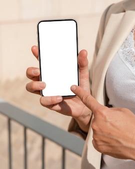 Close-upvinger die op telefoon richt