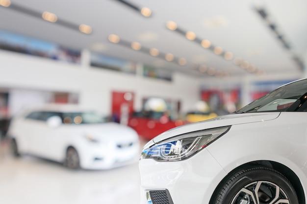 Close-upvoorzijde van nieuwe auto op showroomachtergrond