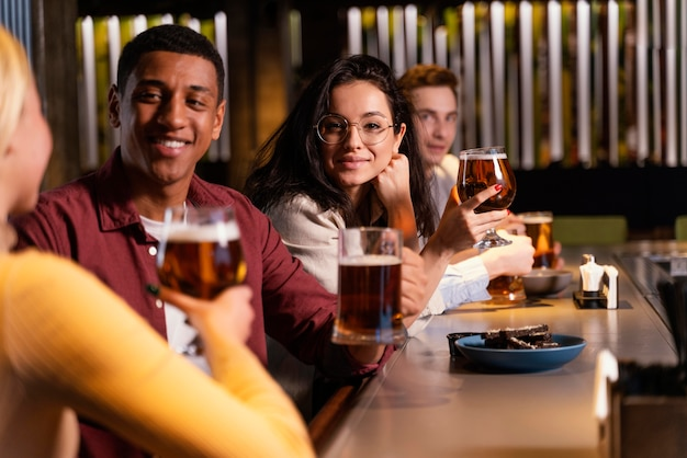 Close-upvrienden die met bier zitten