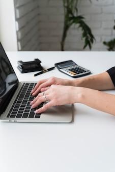 Close-upvrouw die aan laptop werkt