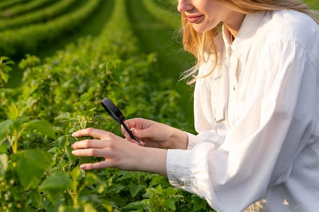 Close-upvrouw die bij landbouwbedrijf werken