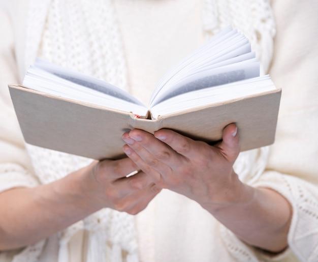 Close-upvrouw die een boek houden