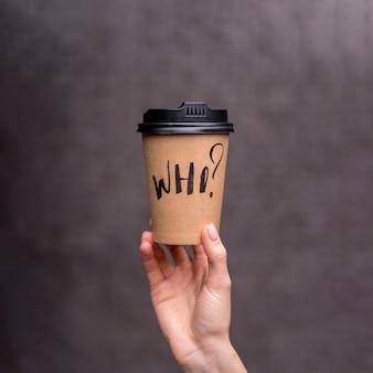 Close-upvrouw die een koffiekop steunen
