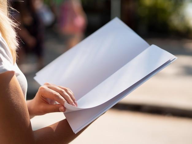Close-upvrouw die een modeltijdschrift houden