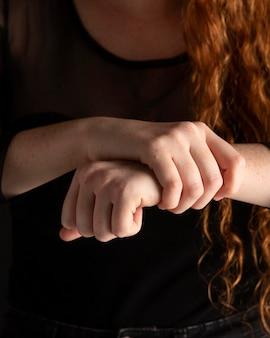 Close-upvrouw die gebarentaal met exemplaarruimte onderwijzen