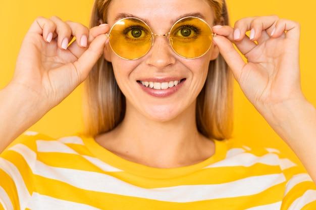 Close-upvrouw die gele glazen dragen