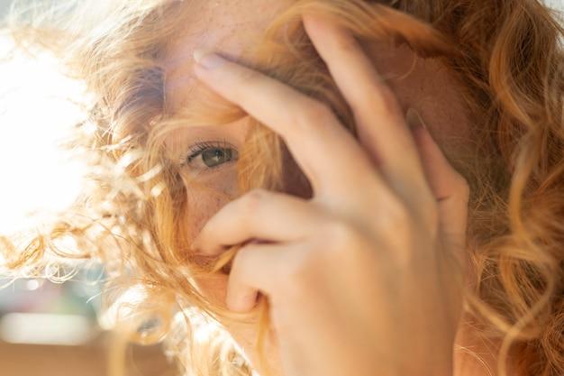 Close-upvrouw die haar gezicht behandelen