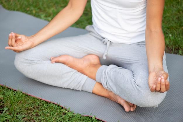 Close-upvrouw die houding mediteren