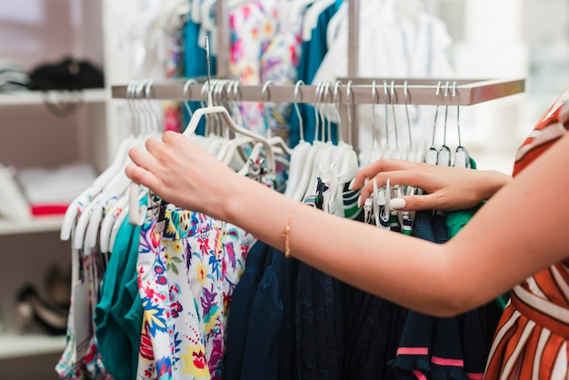 Close-upvrouw die kleren controleren