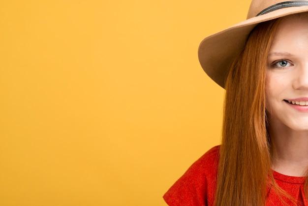 Close-upvrouw die met exemplaar-ruimte glimlachen