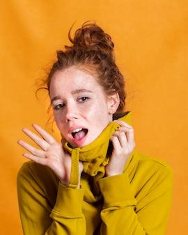 Close-upvrouw die met oranje achtergrond worden verrast