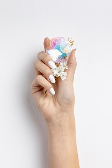 Close-upvrouw die mooie kristal en bloem houden
