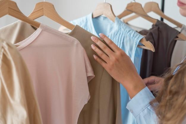 Close-upvrouw die nieuwe kleren controleert