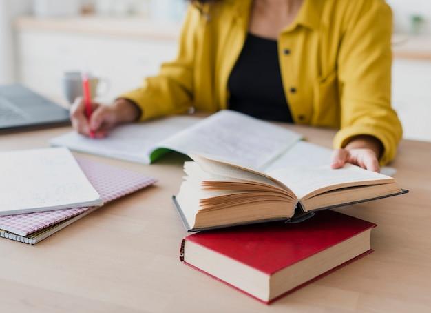 Close-upvrouw die op notitieboekje schrijven