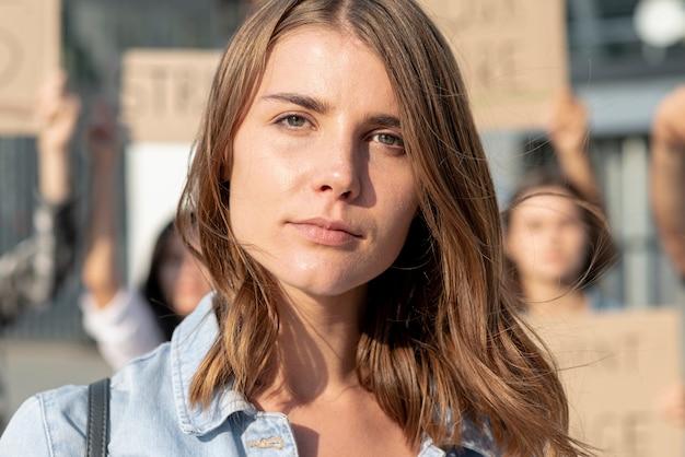 Close-upvrouw die voor vrede aantonen