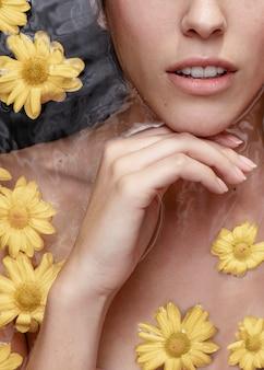 Close-upvrouw het stellen voor wellness spa