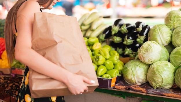 Close-upvrouw het winkelen kruidenierswinkels