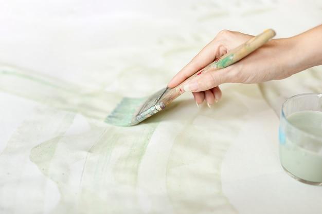 Close-upvrouw met borstel het schilderen