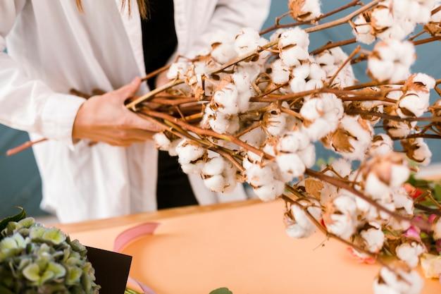 Close-upvrouw met de bloemen van de laboratoriumlaagholding