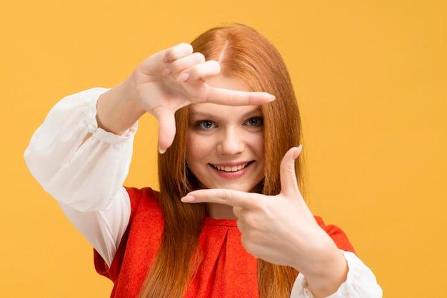 Close-upvrouw met gele achtergrond