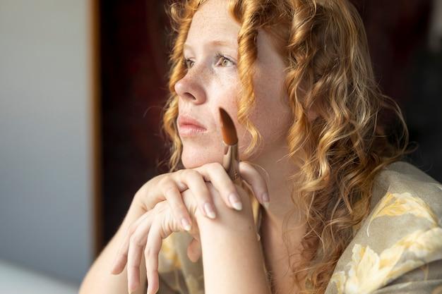 Close-upvrouw met gemberhaar het denken