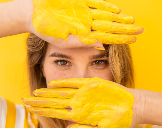 Close-upvrouw met geschilderde handen