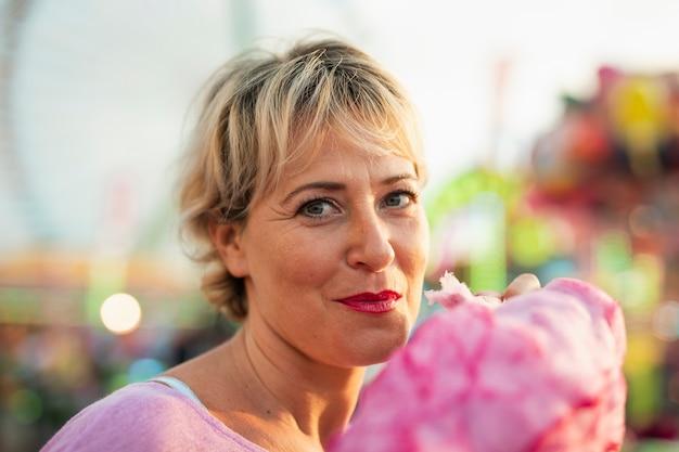 Close-upvrouw met gesponnen suiker