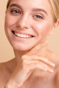Close-upvrouw met het brede glimlach stellen