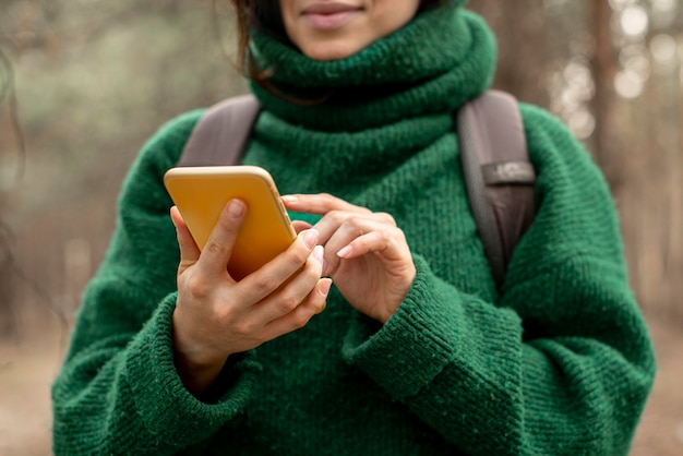Close-upvrouw met mobiel