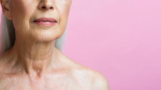Close-upvrouw met roze achtergrond