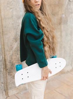Close-upvrouw met skateboard