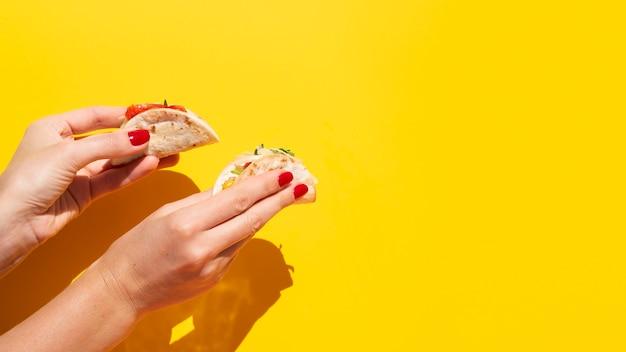 Close-upvrouw met taco en exemplaar-ruimte
