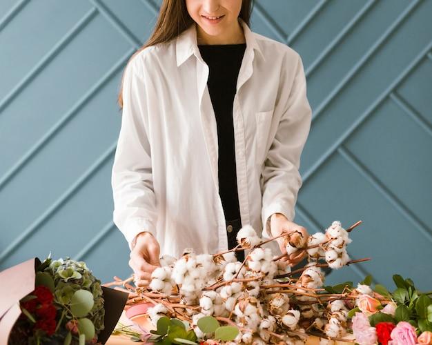 Close-upvrouw met witte laag en bloemen