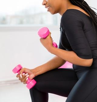 Close-upvrouw opleiding met gewichten