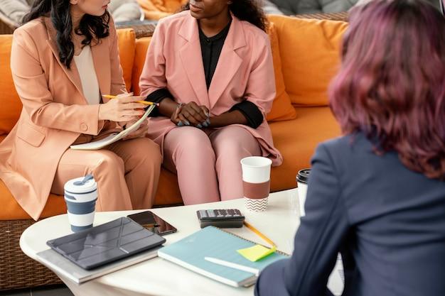 Close-upvrouwen die werk bespreken