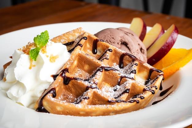 Close-upwafel met chocoladeroomijs en vers fruit