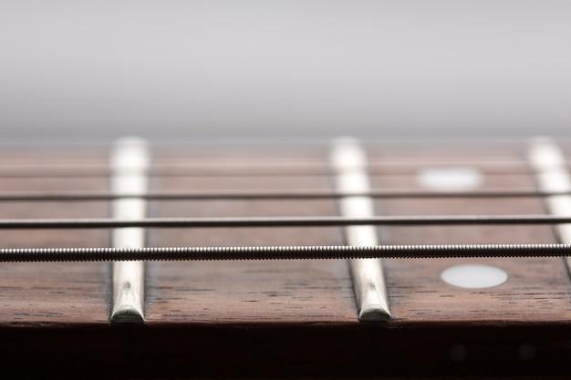 Close-upweergave van snaren op elektrische gitaar
