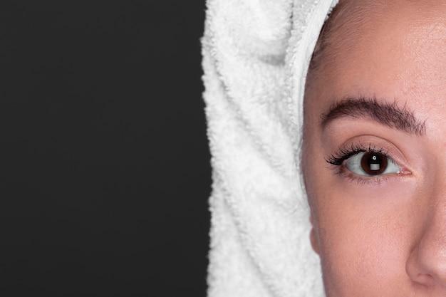 Close-upwenkbrauw van mooi meisje