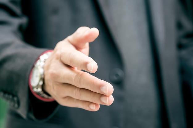 Close-upzakenlieden die handen schudden.