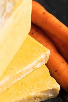 Close-upzeep van wortelen met naast wortelen