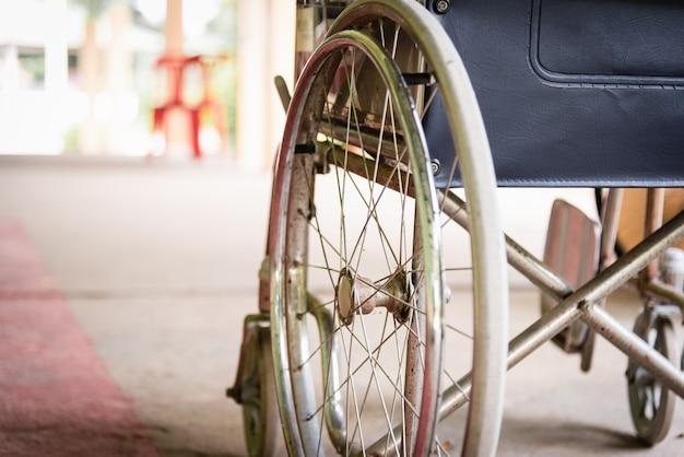 Closeuo lege rolstoelen in het ziekenhuis geparkeerd wachtend op fysieke patiëntendiensten